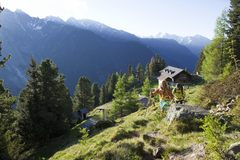 Wanderszene bei der Armelen Huette, Oetztal, Tirol, Oesterreich.