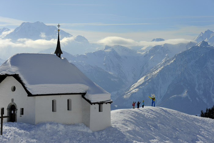 WALLIS - Der Snowli darf auch auf der familienfreundlichen Bettmeralp nicht fehlen. Im Hintergrund der Dom (4545m). A Bettmeralp, station familiale, difficile d'echapper a Snowli, le personnage cle pour les enfants. En arriere-plan, le Dom (4545 m). 'Snowli', the Swiss ski school mascot, is also to be found in the family friendly resort of Bettmeralp. In the background the 4545m Dom. Copyright by: Valais/Wallis Promotion By-Line: Valais/Wallis Promotion/Christian Perret