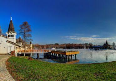 Termalne jezioro w Hévíz na Węgrzech kusi jesienną porą